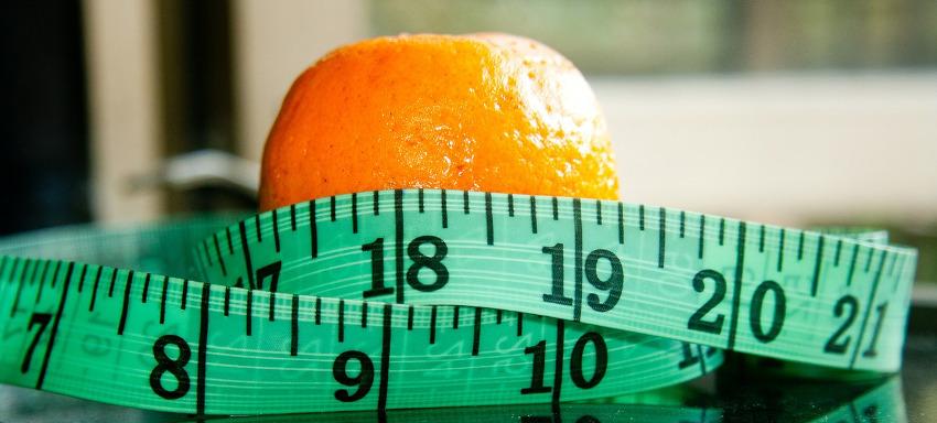 апельсин и сантиметровая лента
